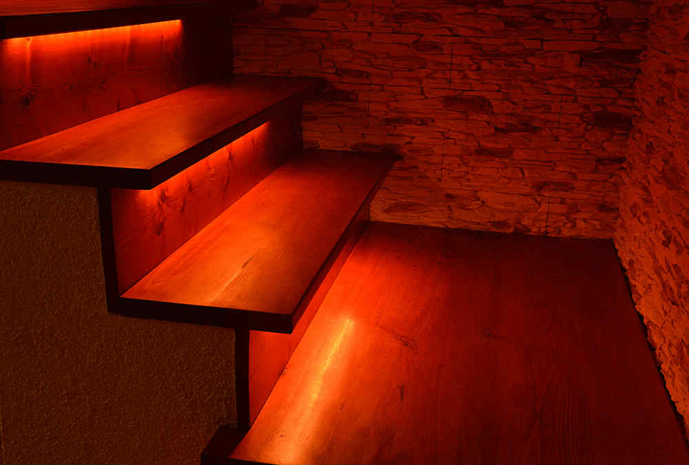 6 ideas para decorar con tiras led - Escaleras con led ...