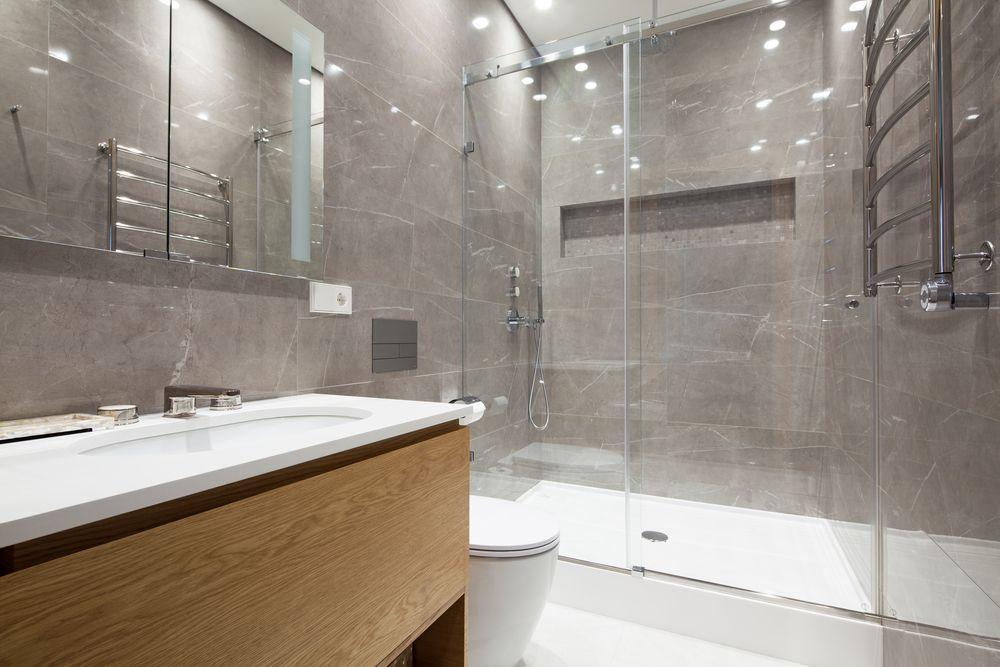 Salle de bain avec lumière neutre