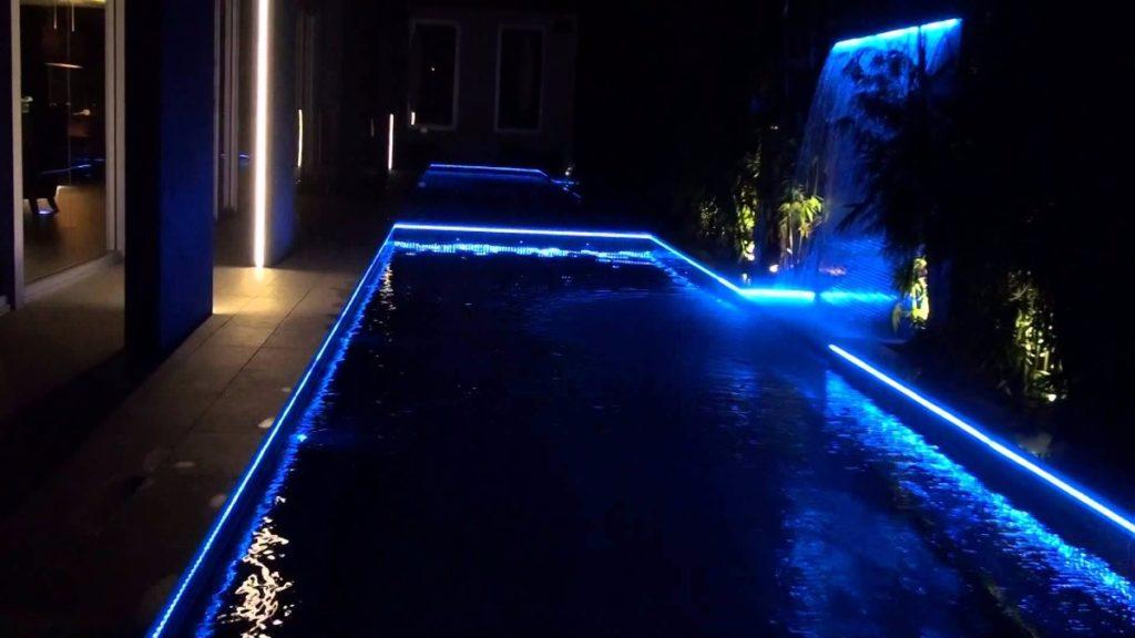 Piscina iluminada con LEDs