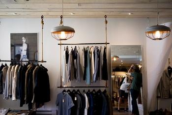 Iluminación en tienda de ropa