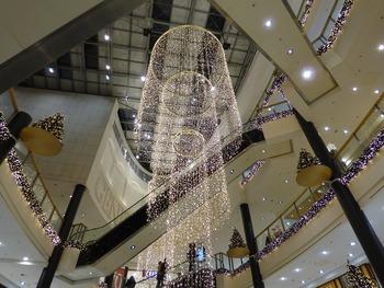 lampara decorativa en un espacio comercial