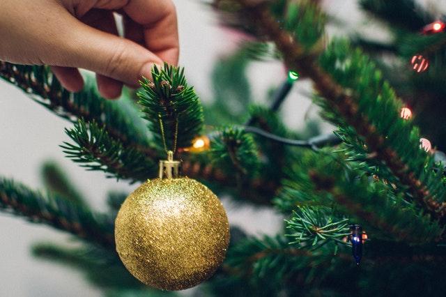 Las bolas es lo último que colocaremos en el árbol