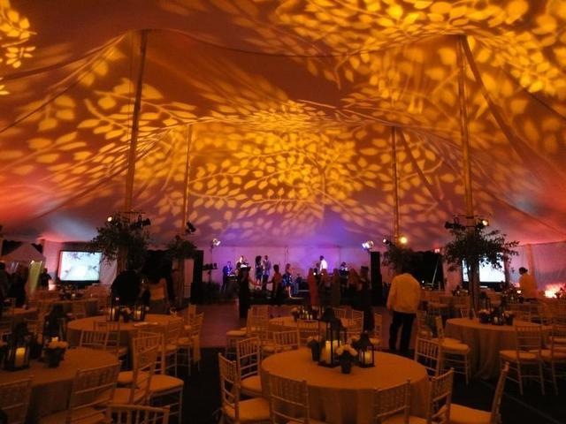 Los proyectores permiten iluminar las carpas de forma original