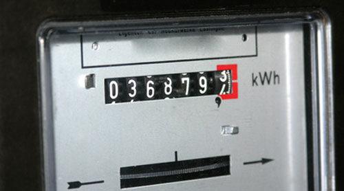 Un contador analógico muestra los kWh consumidos