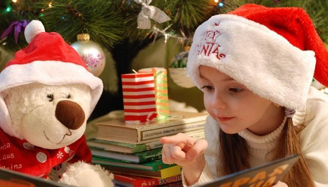 niña leyendo un cuento de navidad